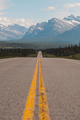 Banff National Park「David Thompson Highway and mountains of Canadian Rockies, Icefields Parkway, Alberta, Canada」:スマホ壁紙(10)