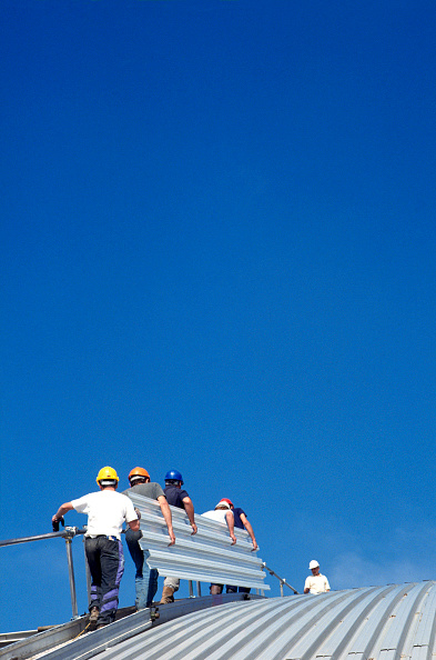 Construction Worker「Roofers installing corrugated panels」:写真・画像(11)[壁紙.com]