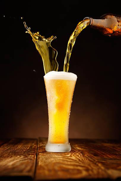 Splashing - Beer pour in glass:スマホ壁紙(壁紙.com)