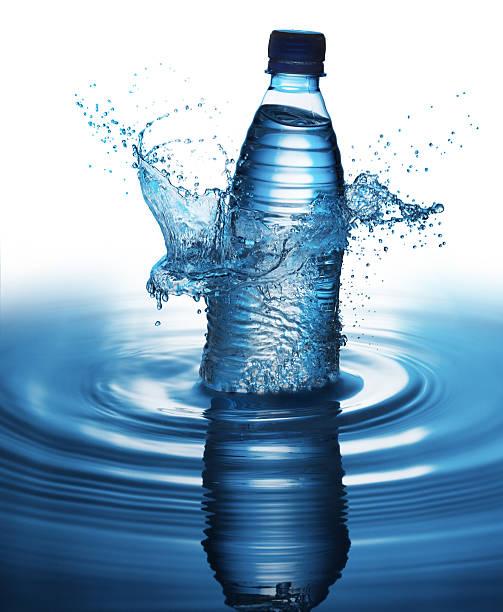 Splashing bottle of water:スマホ壁紙(壁紙.com)