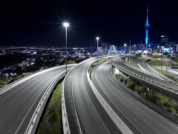View of Auckland city with empty freeway at night:スマホ壁紙(壁紙.com)