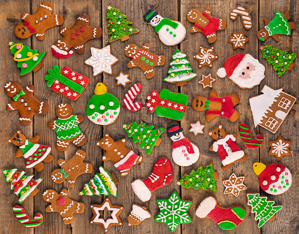 Delicious beautiful Christmas gingerbread cookies on wooden table.:スマホ壁紙(壁紙.com)