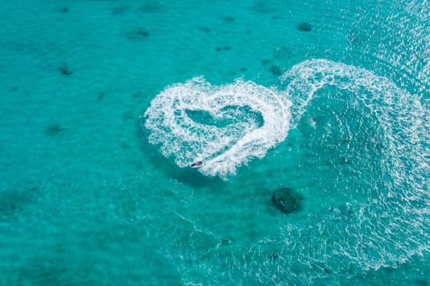 Aerial shooting of clear ocean and jet boat.Heart shaped trajectory.:スマホ壁紙(壁紙.com)