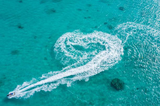 澄んだ海とジェット ボートの空中撮影。ハート形の軌道。:スマホ壁紙(壁紙.com)