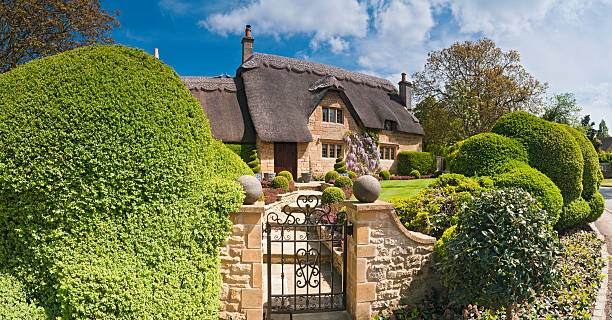 Idyllic country cottage thatched roof pretty summer gardens Cotswolds UK:スマホ壁紙(壁紙.com)