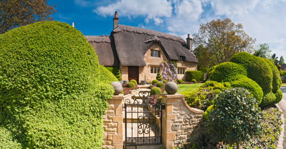 English Culture「Idyllic country cottage thatched roof pretty summer gardens Cotswolds UK」:スマホ壁紙(6)