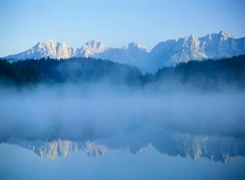 Wilder Kaiser「Fog over Schwarzee Lake in Kitzbuehel, Austria」:スマホ壁紙(8)