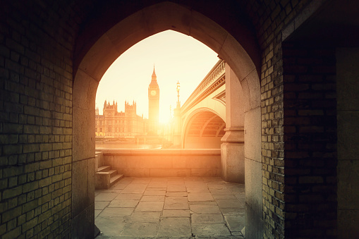 Famous Place「View of Big Ben through the pointed arch at sunset」:スマホ壁紙(11)