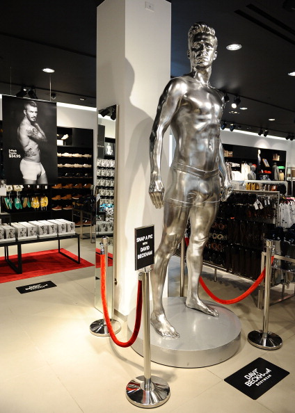 David M「H&M Celebrates New David Beckham Ad Campaign With Statue Stunt - Los Angeles」:写真・画像(1)[壁紙.com]