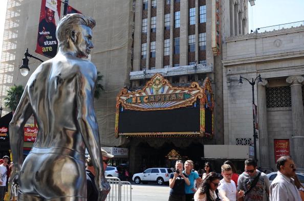 David M「H&M Celebrates New David Beckham Ad Campaign With Statue Stunt - Los Angeles」:写真・画像(15)[壁紙.com]