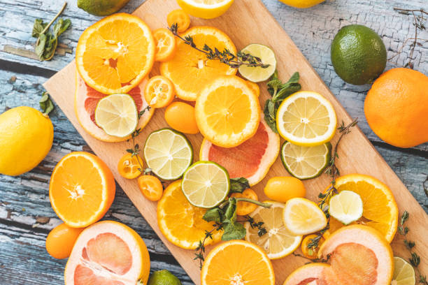 Slices of citrus fruit on cutting board:スマホ壁紙(壁紙.com)