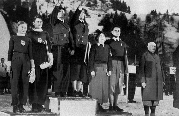 Garmisch-Partenkirchen「Awards for figure skating couples Maxi Herber and Ernst Baier (or) Ilse and Erik Pausini Pausini (silver) and Cliff and Violet Leslie Cliff (Bronze) in the Winter Olympics in Garmisch-Partenkirchen in 1936」:写真・画像(15)[壁紙.com]