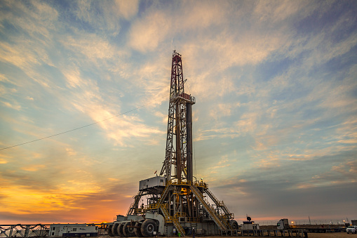 Oil Industry「Oil drilling rig at dawn」:スマホ壁紙(16)