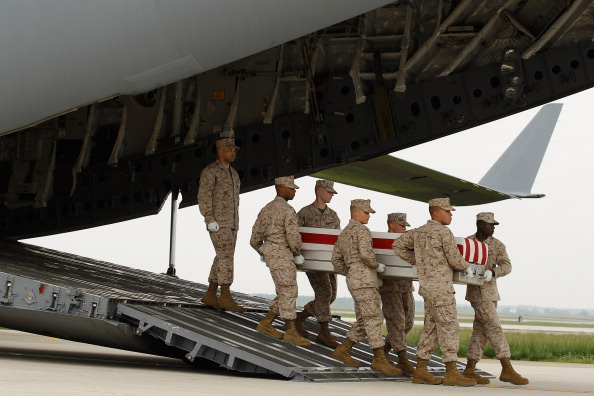 Dover - Delaware「Bodies Of Four Soldiers Killed In Afghanistan Return To U.S.」:写真・画像(8)[壁紙.com]