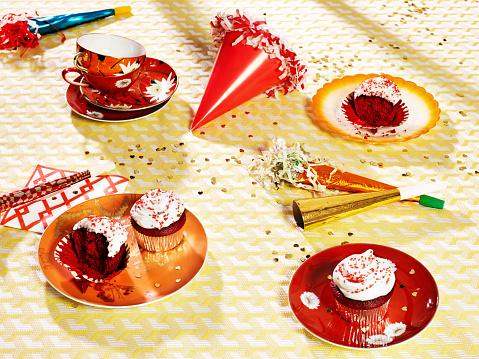 カップケーキ「Red velvet cupcakes with party hats and horns」:スマホ壁紙(1)