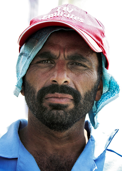 Employment And Labor「Abdul Khaliq, a construction worker, talks with an ITP reporter on Sheikh Zayed road, Dubai, United Arab Emirates, July 3, 2005.」:写真・画像(2)[壁紙.com]
