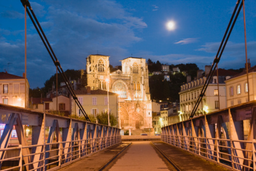 Nouvelle-Aquitaine「France, Rhone-Alpes, Rhone Valley, Isere, Vienne, Saint-Maurice Cathedral illuminated at dusk, bridge in foreground」:スマホ壁紙(4)