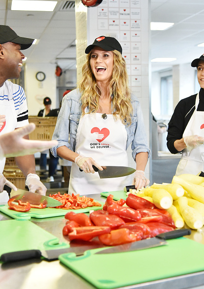 Kitchen「Heidi Klum Volunteers In The Kitchen At God's Love We Deliver」:写真・画像(16)[壁紙.com]