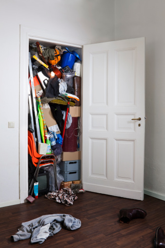 Overflowing「A closet stuffed with various storage items」:スマホ壁紙(18)