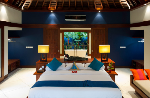 インドネシア「Luxurious Bedroom With BathTub In View」:スマホ壁紙(8)