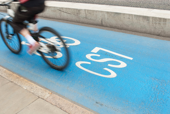 Road Marking「Barclays sponsored Cycle Superhighways, set up to promote cycling along dedicated blue painted cycle lanes into central London from outer London, UK」:写真・画像(10)[壁紙.com]