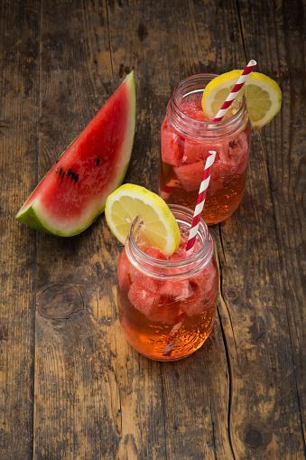 スイカ「Glasses of homemade watermelon lemonade on wood」:スマホ壁紙(8)