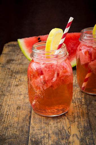 スイカ「Glasses of homemade watermelon lemonade on wood」:スマホ壁紙(10)
