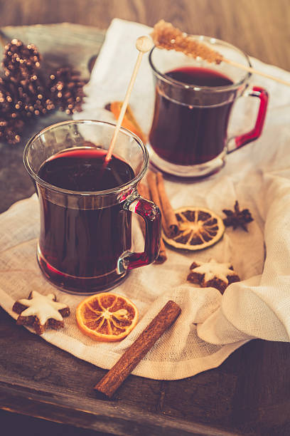 Glasses of mulled wine, orange slices and cinnamon stars on cloth and wooden tray:スマホ壁紙(壁紙.com)