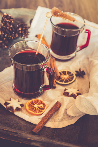 クッキー「Glasses of mulled wine, orange slices and cinnamon stars on cloth and wooden tray」:スマホ壁紙(5)