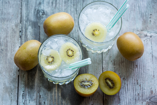 Infused Water「Glasses of infused water with kiwi and ice cubes」:スマホ壁紙(0)