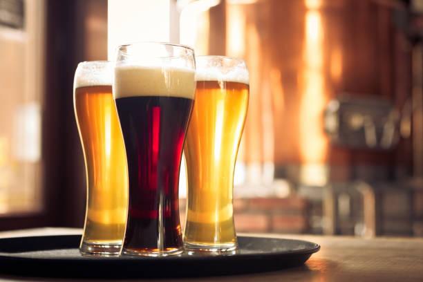 Glasses of lager and ale beer in front of copper vat:スマホ壁紙(壁紙.com)