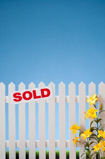 Planting「Sold Sign On White Picket Fence」:スマホ壁紙(5)