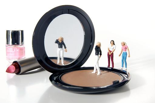 Figurine「Female Figurine Looking in Mirror」:スマホ壁紙(19)