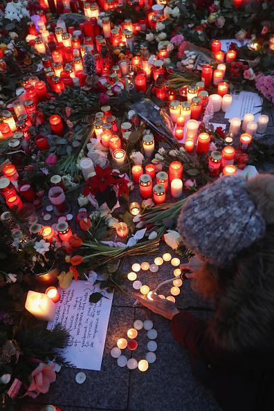 2016 Berlin Christmas Market Attack「Lorry Drives Through Christmas Market In Berlin」:写真・画像(14)[壁紙.com]