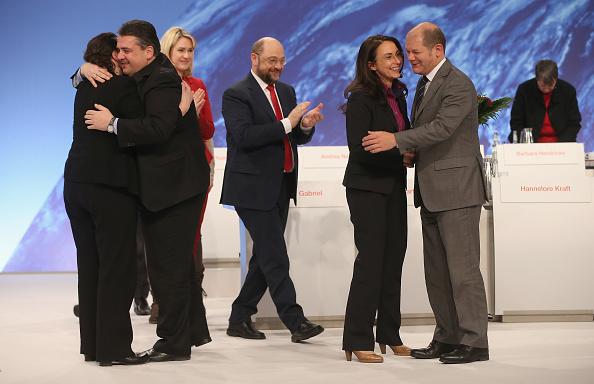 Congratulating「Social Democrats (SPD) Hold Federal Congress」:写真・画像(3)[壁紙.com]