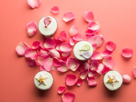 カップケーキ「Party cupcakes on a pink background surrounded by pink rose petals」:スマホ壁紙(18)