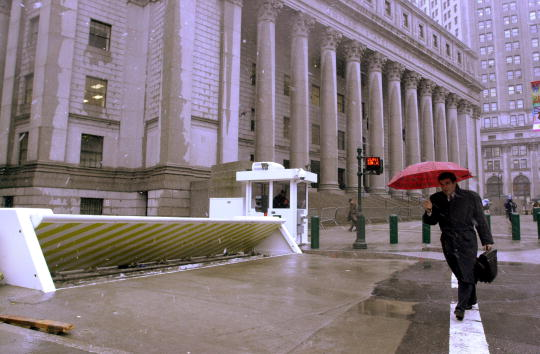 Hydraulic Platform「Security Tightened Around Federal Courthouse for Bombing Trial」:写真・画像(18)[壁紙.com]