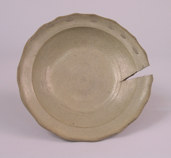 Shallow「Kiln waster of shallow bowl with fluted edges and pale gray glaze」:写真・画像(8)[壁紙.com]