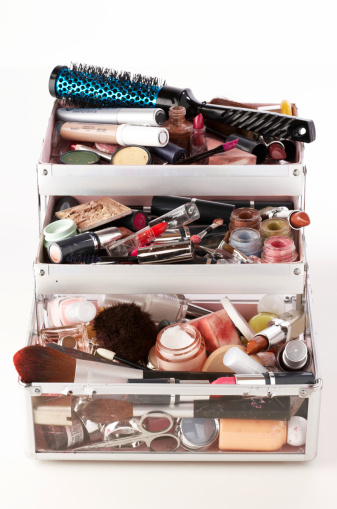 Girly「Used make-up and brushes in trays of opened vanity case, close-up」:スマホ壁紙(16)