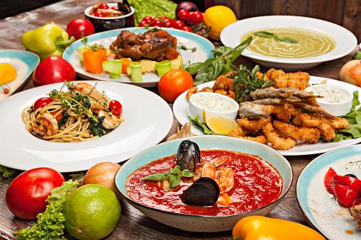 豊富「地中海料理、野菜と木製のテーブルにハーブの様々 な料理のセット」:スマホ壁紙(14)