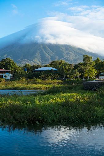 地質構造「ニカラグアのニカラグア湖の島オメテペ島の雲の火山」:スマホ壁紙(15)