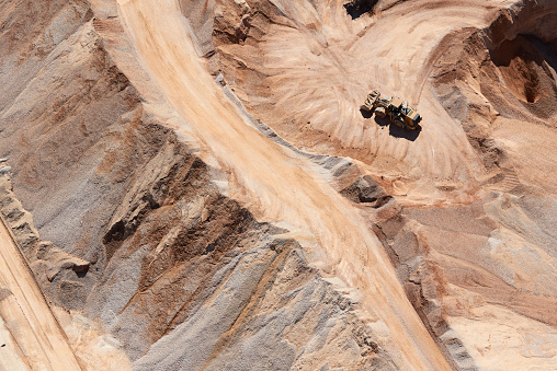 Earth Mover「USA, Texas, aerial view of sand mine near San Antonio with a grader moving sand」:スマホ壁紙(0)
