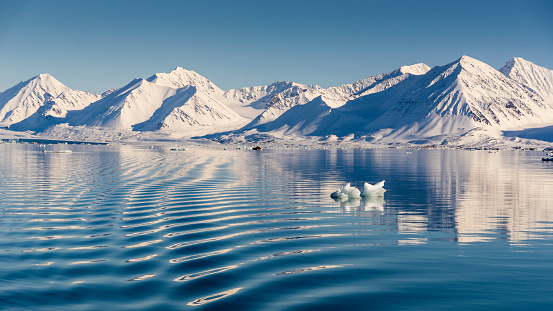 Svalbard Islands「Arctic scenery with snow covered mountains and sea, Ny-Alesund, Spitsbergen, Svalbard and Jan Mayen, Norway」:スマホ壁紙(8)