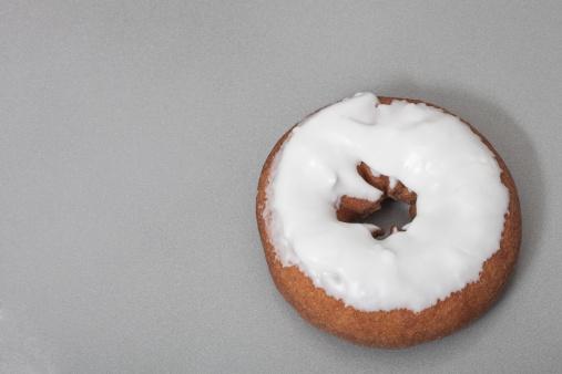 ドーナツ「A single donut on a gray background」:スマホ壁紙(8)