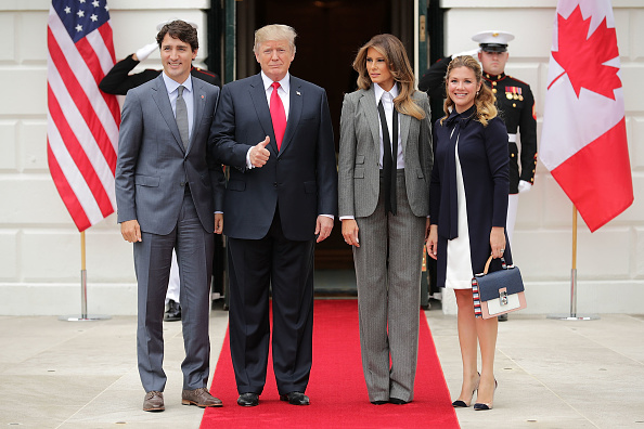 全身「President Trump And First Lady Welcome Canadian Prime Minister Justin Trudeau And His Wife Gregoire To The White House」:写真・画像(1)[壁紙.com]