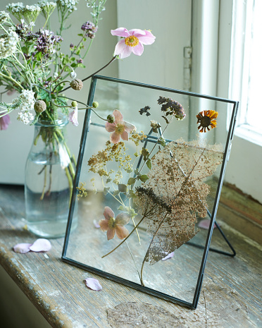 Pushing「Metal photo frame with dried flowers」:スマホ壁紙(14)