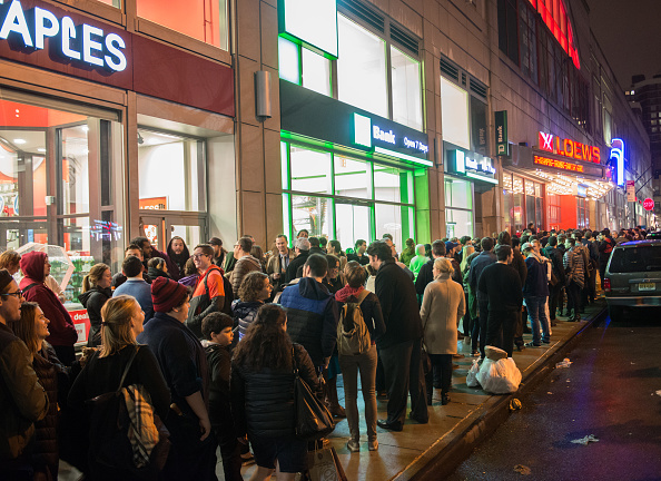 "In A Row「Fans Line Up To Watch ""Star Wars: The Force Awakens"" In New York City」:写真・画像(3)[壁紙.com]"