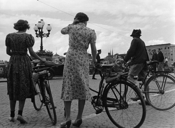 City Life「Brisk traffic on the State bridge (Main bridge). Salzburg. Austria. About 1937. Photograph by Paul Wolff. (Photo by Imagno/Getty Images) An der Staatsbrücke. Reger Verkehr während der Salzburger Festspiele. Salzburg. Österreich. Um 1937. Photographie vo」:写真・画像(14)[壁紙.com]