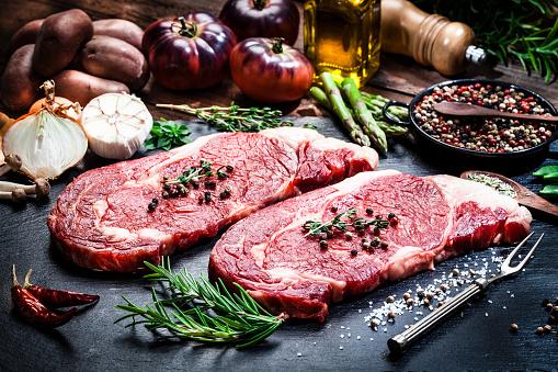 Bay Leaf「Raw fresh beef steak fillets on dark background」:スマホ壁紙(4)