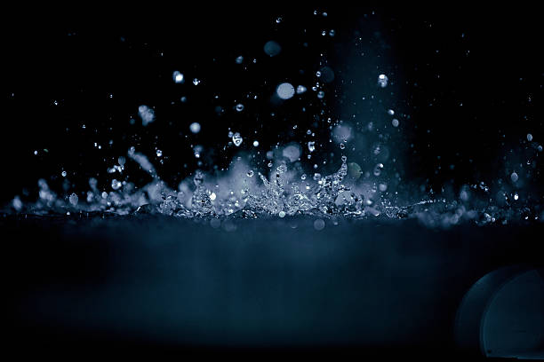 Splashing water droplets:スマホ壁紙(壁紙.com)